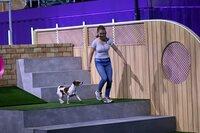 "Kimberley mit ihrem Jack Russell Terrier ""Milo"" in Runde 1."