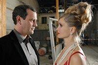 Theo (Michel Guillaume) und das Model Jessi Pohl (Alexandra Finer) kommen sich näher.