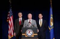 Der Justizminister John Mitchell (Stephen Michael Ayers) mit dem FBI-Chef Patrick Gray (Marton Csokas, r.) und dessen Vize Mark Felt (Liam Neeson, l.)