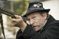 Brandner Kaspar (Franz Xaver Kroetz) setzt zum Schuss an. Wird er treffen?