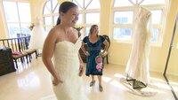 Janina (li.) und Manu im Brautladen.. Ob die zukünftige Braut dort ein Kleid für ihre Hochzeit finden wird?Janina (li.) und Manu im Brautladen.. Ob die zukünftige Braut dort ein Kleid für ihre Hochzeit finden wird?