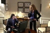Ein dubioser Banküberfall beschäftigt die Ermittler Al Burns (Dylan Walsh, l.) und Cherie Rollins-Murray (Tawny Cypress, r.) ...