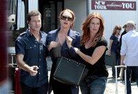 Schneller Zugriff: Carrie (Poppy Montgomery, r.) und Al (Dylan Walsh, l.) verhaften Eve Steele (Erin Cummings, M.), die an dem brutalen Bankraub beteiligt war. Doch sie war nicht allein - wird sie ihre Komplizen verraten?