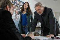 Arthur (Gerd Silberbauer, r.) und Katharina (Bianca Hein) sind sicher, dass Rick van Haren (Heiko Ruprecht, l.) etwas über das Verschwinden von Jo Kalisch weiß.