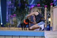 """Julie mit ihrem Chinese Crested Dog """"Finn"""" in Runde 1."""