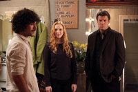Pi (Myko Olivier, l.) und Alexis (Molly C. Quinn, M.) sind stolz auf ihre gemeinsame Wohnung. Castle (Nathan Filion, r.) hat jedoch nur negative Kommentare auf Lager.
