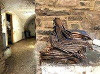 Im Kellergewölbe des Stadtarchivs von Bad Münstereifel sind jahrhundertealte Urkunden und Dokumente dem Hochwasser zum Opfer gefallen.