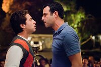 Costa (Oliver Cooper, l.) legt sich mit Thomas' Nachbarn Rob (Rob Evors) an, der das Ende der ausufernden Party verlangt.