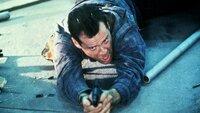 Terroristen haben den Flughafen von Washington unter ihre Kontrolle gebracht. John McClane (Bruce Willis), der eigentlich nur seine Frau vom Flughafen abholen wollte, nimmt den Kampf gegen die skrupellosen Verbrecher auf.