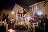 Es dauert nicht lange, bis hunderte partywütiger Teenager das Haus des Gastgebers samt Garten entern und das Fest außer Kontrolle gerät...