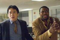 Nachdem der chinesische Botschafter Han bei einer Rede vor dem internationalen Strafgerichtshof angeschossen wurde, macht sich das unfreiwillige Duo Detective Carter (Chris Tucker, r.) und Inspector Lee (Jackie Chan, l.) nach Paris auf. Dort geraten sie von einem Desaster in das nächste ...