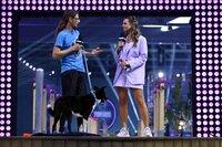 """Alex mit seinem Border Collie """"Mojito"""" in Runde 1. Rechts Moderatorin Laura Wontorra."""