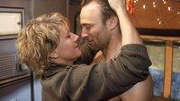 Nikola (Mariele Millowitsch) und ihr Platznachbar Kalle (Bernhard Bettermann) kommen sich endlich nah genug, um gegenseitig die Lippentemperatur zu messen...