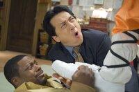 Nachdem sie der Unterwelt von Los Angeles und Hongkong das Fürchten gelehrt haben, verschlägt es Detective Carter (Chris Tucker, l.) und Chief Inspector Lee (Jackie Chan, r.) nach Paris, wo sie sich in gewohnt chaotischer Manier mit diversen kriminellen Elementen herumschlagen müssen ...