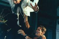 Jack Slater (Arnold Schwarzenegger, r.) räumt als Actionheld mit den Bösewichten von Los Angeles auf...