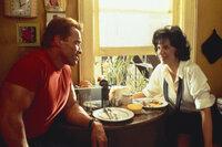 Jack Slater (Arnold Schwarzenegger, l.) ist ein Leinwand Held, der als cooler Polizist den Verbrechern das Leben schwer macht. Doch selbst der sonst so lässige Held ist erstaunt, als plötzlich ein realer Junge mitten in seinen Filmabenteuern auftaucht ...