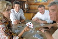 """""""Soko Kitzbühel"""", """"Das Spiel ist aus."""" Es ist eine illustre Pokerrunde, zu der Poker-Profi Gerd Schneider in sein Kitzbüheler Haus geladen hat. Am Tisch sitzen der Arzt Dr. Thomas Wagenbach, der Versicherungsmakler Bernhard Nissl und Walter Wegmann, ein Maschinenhändler aus Kirchberg, dessen Spielsucht vor einigen Jahren den Betrieb beinahe zugrunde gerichtet hätte. An diesem Nachmittag gewinnt Wegmann eine hohe Summe - und wird auf dem Heimweg ermordet. Die Mitglieder der Pokerrunde beschuldigen sich alle gegenseitig - immerhin hat jeder von ihnen viel Geld an Wegmann verloren. Aber auch die Ehefrau des Opfers, Brigitte Wegmann und ihr Vater Johannes Gerber, ein Vermögens- und Anlageberater, sind nicht unverdächtig, hätte Wegmann doch fast die gesamte Familie ruiniert.Im Bild (v.li.): Andrea L'Arronge (Gräfin Schönberg), Andreas Kiendl (Klaus Lechner), Ferry Öllinger (Kroisleitner), Heinz Marecek (Hannes Kofler)."""