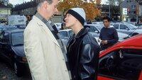 Hendrik (Gottfried Vollmer, li.) legt sich mit einem jungen Mann (Sebastian Hülk) an, der ihm den Parkplatz weggeschnappt hat. Doch Hendrik zieht bei dieser Auseinandersetzung den kürzeren... (hi. Toni Snetberger)