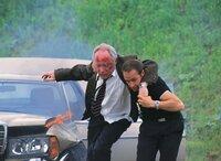 Semir (Erdogan Atalay, re.) versucht Karl Heinz Krüger (Jürgen Hentsch) vor der Explosion zu retten...
