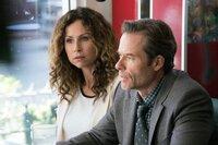 Ellen Birch (Minnie Driver, l.) zeigt sich irritiert über das Verhalten ihres Mannes Evan (Guy Pearce, r.), glaubt jedoch an ein harmloses Missverständnis.