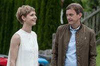 Die depressive Hanna Hofer (Katharina Schlothauer) verbringt eine unbeschwerte Zeit mit Michael Lanzinger (Daniel Krauss) auf der Sommerrodelbahn. Es knistert zwischen den beiden.