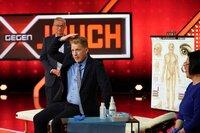 Moderator Oliver Pocher wurde von Dr. Min Zhao-Höhn akupunktiert. Links Günther Jauch.