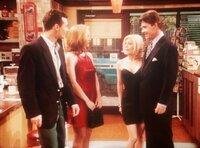 Kelly (Christina Applegate, 2.v.l.) trifft mit ihrem neuen Verehrer einen alten mit neuer Flamme.
