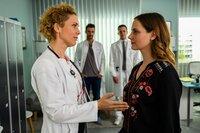 Dr. Helena von Arnstett (Claudia Hiersche, l.) und Hanna Winter (Marie Zielcke, r.) sprechen miteinander. Im Hintergrund Dr. Frank Stern (Max Alberti, l.) und Dr. Tobias Lewandowski (Eric Klotzsch, r.).