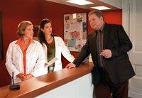 Was wäre Dr. Sommerfeld (Rainer Hunold) ohne seine beiden tüchtigen Sprechstundenhilfen Elke (Nana Spier, li.) und Meliha (Suzan Demircan).