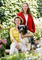 Titelmotiv/Presseheft - Eifelwirtin Toni (Diana Amft) und ihre Mutter Heidi (Magarita Broich) und ihr Hund Bolko