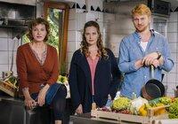 Das neue Trio in der Kupferkanne: Heidi (Margarita Broich, li.) und Toni (Diana Amft) mit ihrem neuen Küchenchef Sebastian Holtmann (Lucas Prisor).