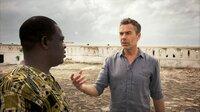 """Für """"Terra X"""" ist Dirk Steffens in ein ehemaliges Sklavenfort an der  Cape Coast in Ghana gereist. Von  Samuel Ntewusu, Professor für Geschichte, will er erfahren, welche Folgen die erzwungene Migration der Sklaverei bis heute hat."""