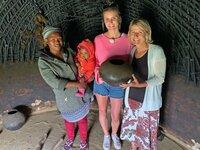 Die Passagierinnen Julia und Gabi besuchen das Zulufadder-Projekt in Suedafrika. Zulufadder ist eine Wohltaetigkeitsorganisation, die sich auf Bildung und nachhaltige Projekte fuer Kinder und Jugendliche aus laendlichen Gebieten in Suedafrika konzentriert.  Hier besuchen Julia und Gabi eine Familie in ihrem Zuhause in.Eshowe, KwaZulu Natal.