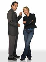 (3. Staffel) - Natalie Teeger (Traylor Howard) ist Monks (Tony Shalhoub, l.) persönliche Assistentin, auf die er sich immer verlassen kann ...