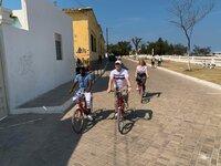 Reiseleiter Bernd und seine Kollegin Helen machen auf alten Post-Fahrrädern eine Radl-Tour über die Insel Mosambik, zusammen mit Guide Fernando.