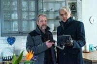 Robert (Walter Sittler, r.) lässt sich vom Leiter des Einbruchdezernats Björn (Mats Blomgren) den möglichen Tathergang erläutern.