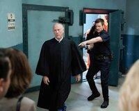 Der Richter Stevens (Jim Ortlieb, l.) wollte John Nolan (Nathan Fillion, r.) und weitere Besucher des Gerichts aus Platzgr¸nden nicht in den Bunker lassen und hatte sie sogar mit einer Waffe bedroht, die ihm John abgenommen hat.