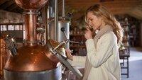 Alice (Hedi Honert) verbindet nicht nur schöne, sondern auch düstere Erinnerungen mit der Destillerie.