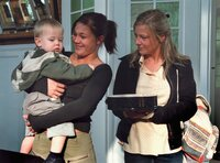 Die schwangere Nina (Alina Merkau, li.) hat Franziska Riemann (Sabrina Rattey) und ihr Baby ins Herz geschlossen.