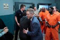 Wesley Evers (Shawn Ashmore) muss einen Kläger im Bunker davon abhalten, sich auf den Mörder seines Sohns zu stürzen.