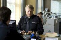 Dicke Luft auf der Wache: Hannes Krabbe (Marc Zwinz) soll schnell den anstehenden Betriebsausflug organisieren.