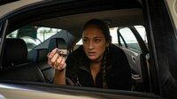 Maria Melin (Lo Rivera) findet im Auto einen USB-Stick.