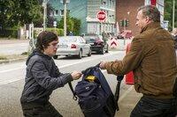 Freddy Eilrich (Oliver Breite, r.) ist sich sicher, dass der Roma-Junge Jal (Robert Alexander Baer, l.) seinen Geldbeutel geklaut hat und versucht, ihn aufzuhalten.