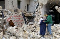Waad, Hamza und Sama betrachten Graffiti, die sie auf ein ausgebombtes Gebäude gemalt haben, und protestieren gegen die Zwangsverbannung der Zivilbevölkerung von Ost-Aleppo durch Kräfte des syrischen Regimes und ihrer russischen und iranischen Verbündeten, Dezember 2016.