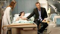 """Lou (Christine Woods, lieg.) wurde mit Halluzinationen ins Krankenhaus eingeliefert. Dr. Hadley """"Dreizehn"""" (Olivia Wilde) rätselt, was der Patientin fehlt. Als Dr. House (Hugh Laurie) wieder auftaucht, erkennt er sofort, woran die Frau erkrankt ist..."""