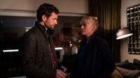 Helen Dorn (Anna Loos) trifft in der Wohnung des Opfers Adrian Jessen (Florian Stetter) und berichtet ihm vom Tod seiner Freundin.