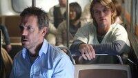 House (Hugh Laurie, l.) hat sich entschlossen, seine bruchstückhaften Erinnerungen der Ereignisse mit seiner Crew (r. Jesse Spencer) im Bus nachzuspielen. Und tatsächlich erlebt er dabei den Unfall und erkennt, wer die Person ist, die dabei sterben wird...