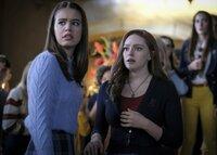 Josie Saltzman (Kaylee Bryant, l.); Hope Mikaelson (Danielle Rose Russell, r.)