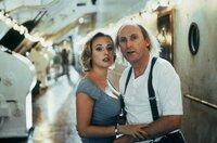 """Agentin Sonja (Eva Haßmann) und Otto (Otto Waalkes) kommen sich an Bord der """"Queen Henry"""" näher und versuchen gemeinsam, den Anschlag auf das Schiff zu verhindern."""