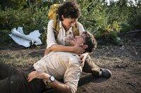 Glück im Unglück: bei der Explosion ist Jonas (Philipp Danne) nur mit ein paar Kratzern davongekommen, doch der Brand breitet sich schnell aus. Emilia (Liza Tzschirner) kümmert sich um den Verletzten.